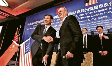 Prezident státní společnosti CNNC Č'-min Čchien (vlevo) si v září 2015 potřásá rukou s ředitelem společnosti TerraPower Lee McIntirem po podpisu dohody o spolupráci mezi oběma společnostmi /Foto: CNNC/
