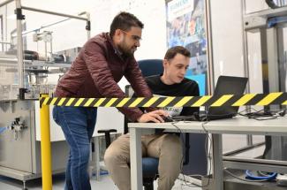 Aplikační centrum zaměstnává vysoce kvalifikované technické odborníky, kteří se specializují na výrobní stroje, jejich automatizaci a využití nejnovějších technologií jako průmyslový internet věcí