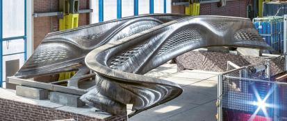 Nevšední tvary první tištěné ocelové lávky v hale MX3D v Amsterodamu