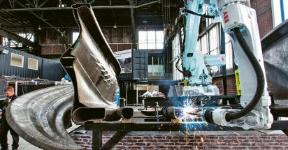 Robot ABB navařuje po kapkách jeden ze čtyř trubkových nosníků v hale MX3