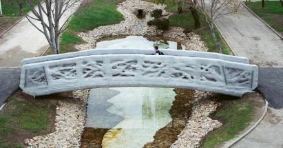 Robotické nastříkání 12 m dlouhé betonové lávky v Madridu s designem propletených kořenů stromů trvalo společnosti Acciona dva měsíce