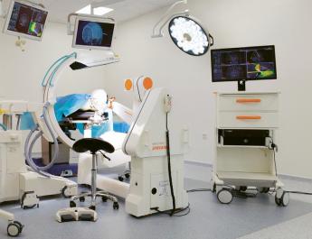 Demonstrační a tréninkový sál s robotem Neuromate v Miskinul s robotem Neuromate v Miskinu