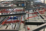 Pohled na power free přepravníky v hale lakovny shora