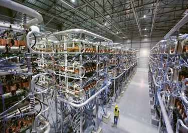 Pohled do nitra transformátorové stanice na jednom konci dálkového stejnosměrného vedení. Tento snímek ovšem není z Číny, pochází francouzského Baixàs, kde končí zhruba 65 km dlouhý podzemní kabel, který zlepšuje možnosti výměny mezi francouzskou a španělskou sítí /Foto: Siemens/