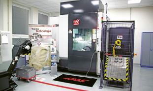 Pětiosé obráběcí centrum Haas UMC-750 s integrovanou univerzální robotickou buňkou
