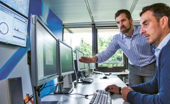 Zavádění nových technologií do výroby má své dopady i do oblasti lidských zdrojů. Tak, jak si zaměstnanci postupně zvykají na práci s digitálními technologiemi, stávají se pro ně zpestřením v rámci zaběhnutého pracovního cyklu.