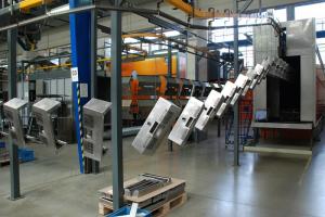 Zhotovené kovové díly se následně využívají na montážních linkách v nedalekých Komořanech
