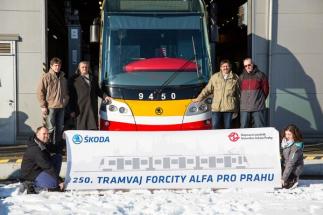 Tramvaj ForCity Alfa Praha je první sériově vyráběnou 100% nízkopodlažní tramvají s otočnými podvozky na světě