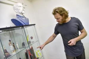 Tomáš Medek ukazuje práce studentů FaVU