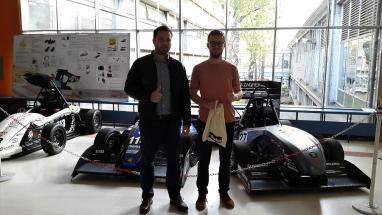 Manažer technické podpory společnosti Fering Fit Igor Kuš a předseda týmu FSB Racing Team Mislav Hihlik při převzetí darovaných výrobků Parker.