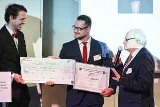Cenu Jakubovi předávají velvyslanec ČR ve Francii Petr Drulák (vlevo) a Christian Cambier