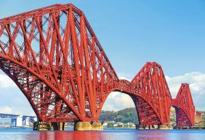 """130 let starý legendární """"červený"""" železniční most Forth Bridge s délkou 2 512 m"""
