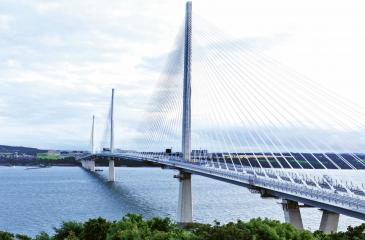 Pylony nového zavěšeného mostu Queensferry Crossing vyčnívají 207 m nad hladinu zálivu. Ocelobetonová mostovka je nesena 288 harfovitě vedenými lanovými závěsy chráněnými před korozí klimatizovanými obalem