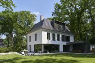 Pohled ze zahrady: Citlivé plánování rozměrů, členění a umístění otvorů v rámci fasády umožnilo zachování původního charakteru objektu.