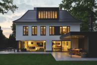 Směrem do zahrady ohraničují obytný prostor prosklené plochy na výšku místnosti, díky kterým je možné si plně vychutnat všechna roční období.