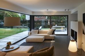 Dvoje posuvné dveře se zdvihem o rozměrech 4,0 m x 2,34 m vedou z obytného a jídelního prostoru v přízemí domu na dvě terasy