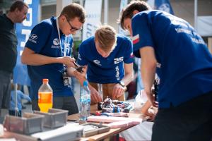 Soustředení studentů během závodu