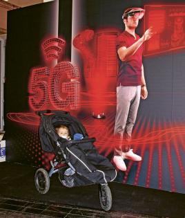 5G Arena v hale 16 byla údajně prvním místem na světě, kde mohli lidé zakusit 5G v akci. Nechal jsem se tam vyfotit, abych se, až budu dospělý a 5G se bude úplně běžně používat, mohl chlubit, že jsem byl u toho, když to bylo poprvé