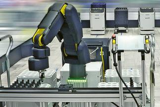 Výrobní asistent APAS z produkce Bosch Rexroth je kooperativní a nepotřebuje bezpečnostní plot