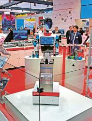 Pozornost poutal také humanoidní robot R7 od japonské společnosti THK