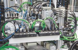 """Elektrokonstruktéři mohou rozhodnout pro každé zásuvné místo, zda jej chtějí využívat jako vstup nebo výstup - a mohou tedy ze standardních modulů vytvořit """"na míru šité"""" kombinované moduly."""