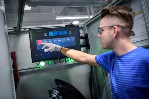 Největší novinkou v rámci organizace práce a logistiky je inteligentní kontrola výroby prostřednictvím tzv. Virtual Factory (virtuální továrna).