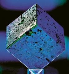 Uranová kostka, která se v roce 2013 objevila na Marylandské univerzitě /Foto: Timothy Koeth/