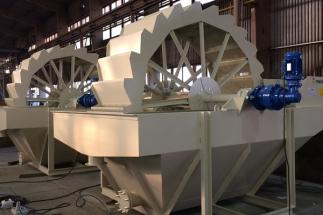 Společnost CPOS s.r.o. vyrábí a dodává ocelové konstrukce pro různá průmyslová odvětví, nosníky mostových jeřábů, dopravní portály, mostní a železniční konstrukce a dále stroje, díly strojů a další komponenty pro zpracování nerostných surovin.