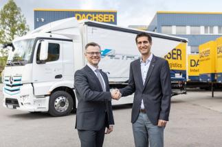 Zleva: Martin Kehnen, manager CharterWay Rental & Major Customer Management společnosti Mercedes-Benz Trucks Germany Kornwestheim předal klíčky od plně elektrického eActrosu značky Mercedes-Benz Markusi Maurerovi, General Managerovi pobočky DACHSER Kornwestheim (Stuttgart)