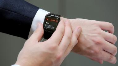 Klient zaznamená EKG na  chytrých hodinkách