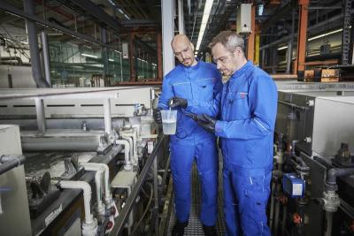 MEWA Dynamic Elements: S certifikací EN 1149-3 a -5 (oblečení - elektrostatické vlastnosti) a EN 13034, typ 6 (chemická ochrana proti kapalným chemikáliím) oblečení chrání zaměstnance v chemickém průmyslu, galvanotechnice nebo obchodu s chemikáliemi. (Foto: MEWA)