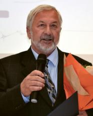 """Prof. RNDr. Oldřich Jirsák, CSc. (*1947) V roce 1979 nastoupil jako vědecký pracovník na Vysokou školu strojní a textilní v Liberci a později – již na Technické univerzitě v Liberci – se stal vedoucím katedry netkaných textilií. V letech 2003–2008 působil jako prorektor Technické univerzity v Liberci pro zahraniční styky, vědu a výzkum. Je autorem více než padesáti patentů v oborech vlákna a netkané textilie. K jeho vynálezům patří technologie objemových textilií """"Struto"""". Podle těchto patentů byly instalovány výrobní linky v USA, Velké Británii, Austrálii, Malajsii, Venezuele a Číně. V letech 2002–2004 pracovní tým katedry netkaných textilií pod jeho vedením vyvinul jako první na světě technologii umožňující průmyslovou výrobu nanovlákenné textilie. Název Nanospider obletěl celý svět. Dostal se i mezi sto národních unikátů, které v barevných reklamních bublinách reprezentovaly Česko v zahraničí u příležitosti stého výročí vzniku Československa."""