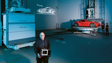 Porovnání velikosti průmyslového mini stolního CT a obřího XXL CT ve Fürthu v podání vedoucího EZRT prof. Hankeho