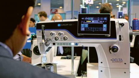 M-TYPE DELTA je plně digitalizovaný průmyslový šicí stroj, který měl na veletrhu světovou premiéru a získal cenu za inovaci