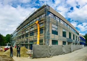 Ilustrační fotografie: Dokončování venkovního pláště nové budovy v brněnských Kohoutovicích.