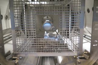 Pro opci čištění vysokotlakým ostřikováním je čisticí zařízení navíc vybaveno vysokotlakým čerpadlem a ostřikovacími lištami. Jedna je umístěna na vnitřní stěně pracovní komory a druhá centrálně v pracovní komoře. Je tedy možné současně nebo střídavě ostřikovat zvenku i zevnitř.