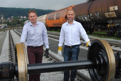 Ředitel společnosti RYKO a.s. Martin Vošta (vlevo) a obchodní ředitel Jakub Šena projeli po nové vlečce prvním dvoukolím nákladního vagónu