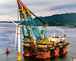 Zakotvení první plovoucí větrné elektrárny Hywind (6 MW) u Skotska v srpnu 2017