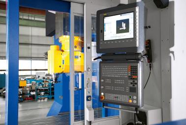 Představený stroj je vybaven řídicím systémem Heidenhain TNC 640 a integrovanou frézovací hlavou Sempuco KFU-D4/90/X