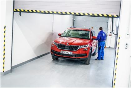 Prostor pro přípravu vozidel k emisním zkouškám. Zde se do vozidla tankuje referenční palivo, montují se odtahové úchyty (pro upevnění při emisním testu), nastavuje správný tlak v pneumatikách a připravuje se vhodný adaptér výfuku vozidla. Rovněž se provádí identifikace vozidla a kontrola použitého softwaru řídicí jednotky motoru