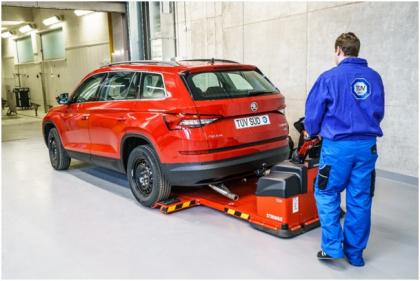 K přesunu vozidel do dalších částí laboratoře využíváme elektrický přesouvač vozidel značky Stringo, který je schopen převézt vozidlo do hmotnosti až 3000 kg.