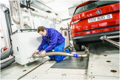 Poslední z úkonů před emisní zkouškou je napojení výfuku k měřicímu systému. Propojení musí být zcela těsné. Celé propojení je vyrobeno z nerezové oceli (z důvodu vysokých teplot a následných kondenzací). Speciální silikonové hadice se používají pouze pro dotěsnění spojů.