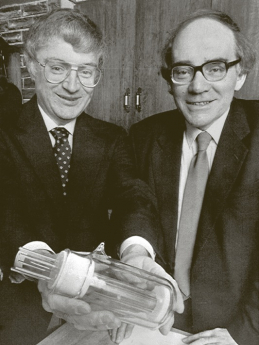"""Martin Fleischmann (vpravo) a Stanley Pons předvádějí svůj """"fúzní reaktor"""" v březnu 1989. V době, kdy jejich výsledek ještě mohl vzbuzovat optimistická očekávání, že v podobném kapesním zařízení lze snadno vyrábět prakticky neomezené množství energie"""