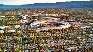 cupertino, centrála společnosti apple, připomíná uFo a zabírá 2,8 milionu čtverečních stop plochy. Tento kancelářský prstenec byl letos v létě oceněn na 4,17 miliardy dolarů.
