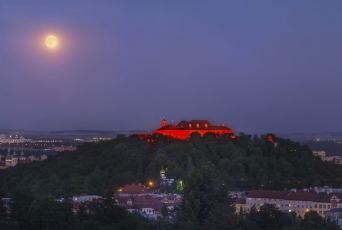 Vizualizace červeně nasvícené pevnosti Špilberk | Autor: VISUALOVE (Foto: Petr Horálek, Hvězdárna a planetárium Brno)