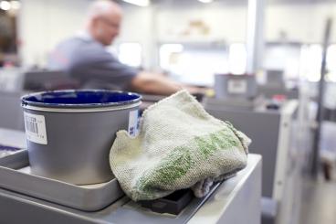 2,7 milionů lidí čistí stroje a zařízení v podniku utěrkami MEWA. Nyní je servis k dispozici také v Anglii (Foto: MEWA
