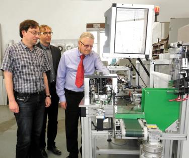 (Zleva) Richard Wíttek, Boris a Jan Kůrovi u automatu na kontrolu kroužků (zákazník Šroubárna Kyjov)