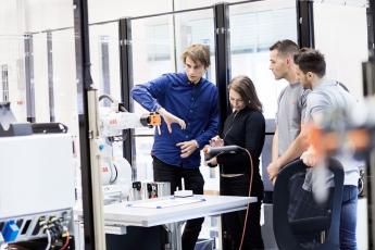 Mezi technologiemi ABB, které budou mít soutěžící k dispozici, bude také kolaborativní robot YuMi, který dokáže spolupracovat s lidmi na úkolech, jako je například montáž malých součástí.
