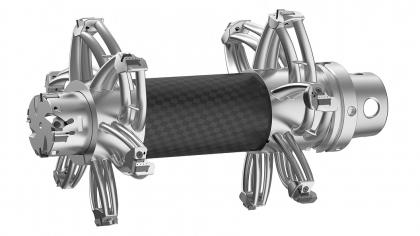 Stejný nástroj, dokonce lehčí. Namísto kovového 3D výtisku byla u této verze nástroje použita trubka z uhlíkových vláken. Hmotnost byla snížena dokonce ještě více, až na 9,5 kg.