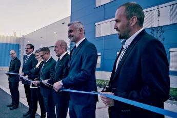 Slavnostního setkání zaměstnanců jičínského výrobce sanitární techniky a otevření nové haly se účastnili představitelé města, generálního dodavatele stavby firmy PKS stavby a vedení společnosti.